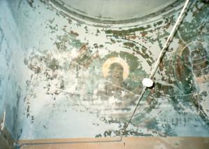 Остатки росписей купольной части храма.